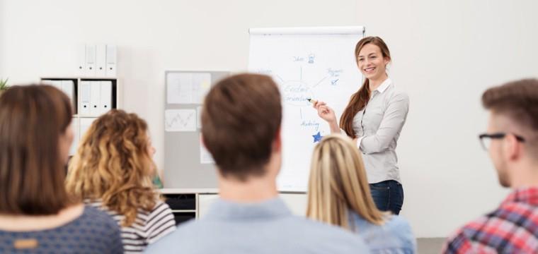 Studentin beim Einzelvortrag bei einer Stiftung