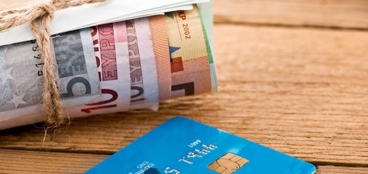 Mit einer gebührenfreien Kreditkarte kannst Du Geldprämien bekommen