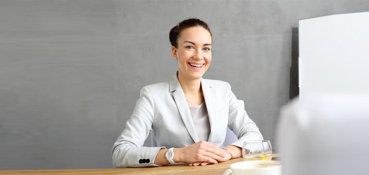 Frau beim Bewerbungsgespräch mit drei Ansprechpartnern