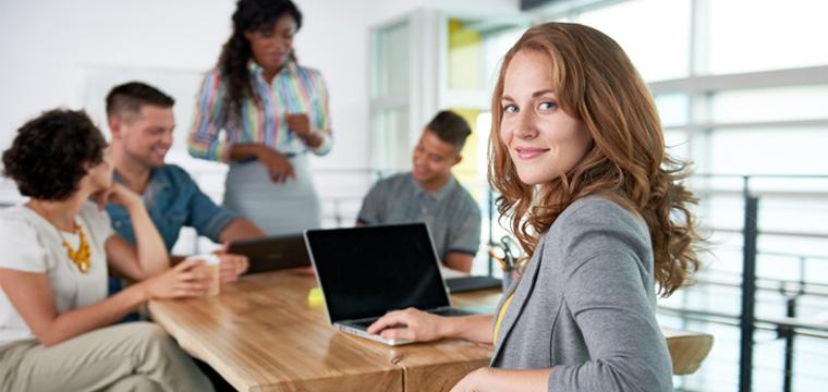 Junge Frau arbeitet mit anderen Bewerbern im Team zusammen.