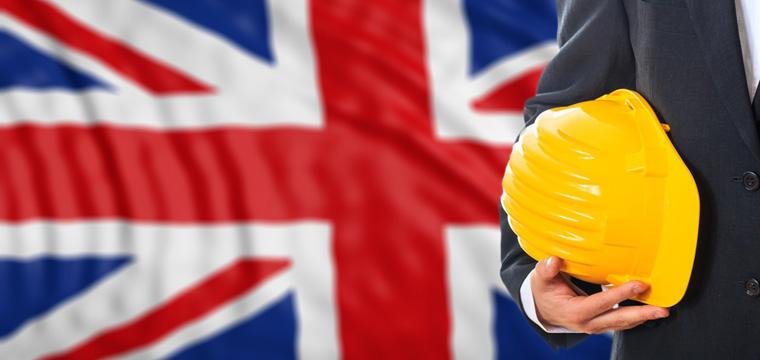 Ingenieur mit Schutzhelm vor britischer Flagge