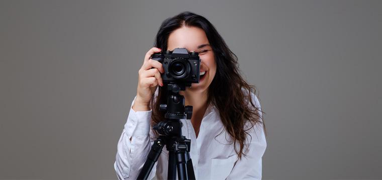 Ein Foto muss her – aber schnell! Unter bestimmten Voraussetzungen kannst Du Dein Bewerbungsfoto selbst machen.