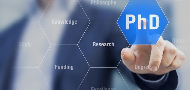 Fotomontage: Männerhand zeigt auf einen hervorgehobenen Button mit der Bezeichnung PhD.