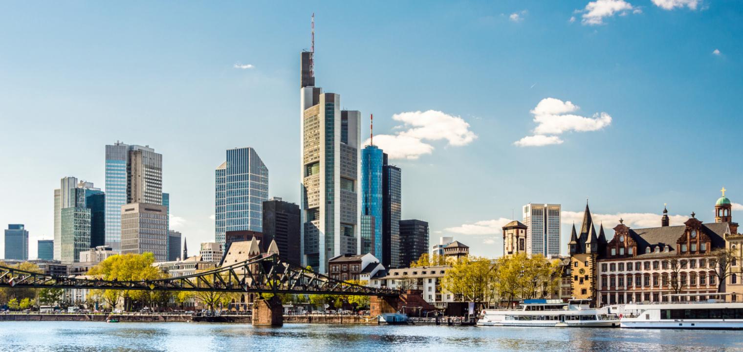 Skyline von Frankfurt am Main im Frühling mit eisernem Steg