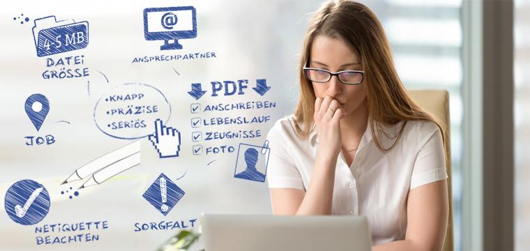 Junge Frau sitzt vor Laptop und arbeitet an einer E-Mail-Bewerbung.