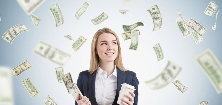 Eine Studentin mit einer Mappe in der Hand, um sie herum fliegen Geldscheine.