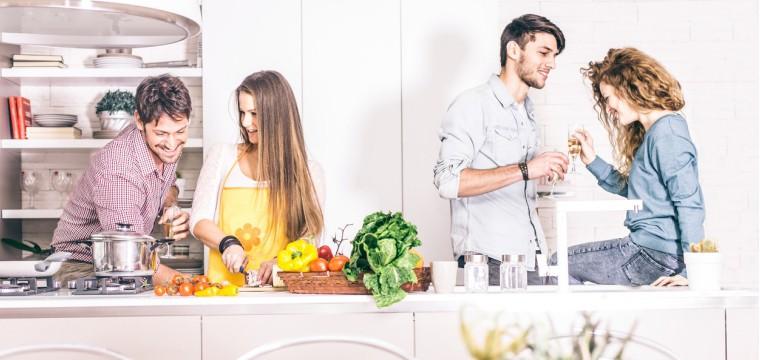 Spare Geld, indem Du mit anderen Leuten zusammen kochst