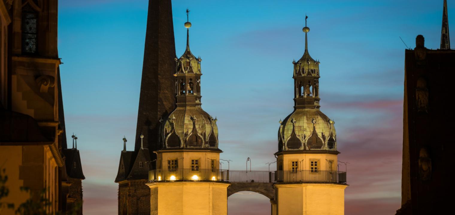 Haumannstürme in Halle Saale am Abend