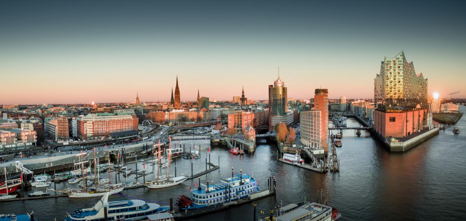 Elbphilharmonie und Hafencity bei Sonnenuntergang