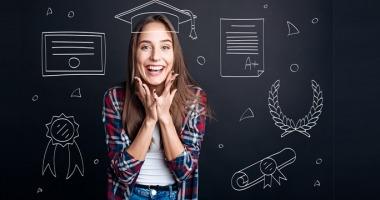 Junge Frau freut sich über ihren Fachhochschulabschluss.