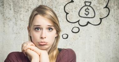 Eine leicht verzweifelt dreinblickende, junge Frau mit Gedankenblase, in der ein Dollar-Zeichen zu sehen ist.