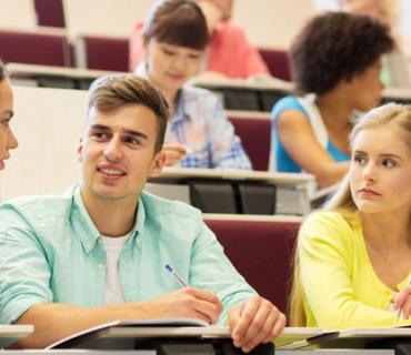 Eine Gruppe Studenten im Hörsaal