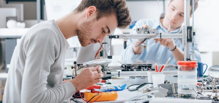 Junger Mann im Elektrotechniklabor.